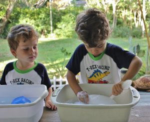 kids wash dishes